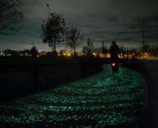 La noche estrellada en el carril bici solar