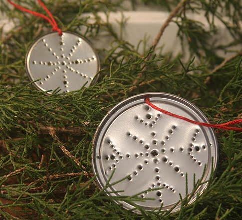 Adornos-de-árbol-de-navidad-con-tapas-de-latas