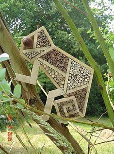 Hotel de insectos casero con forma de camaleon