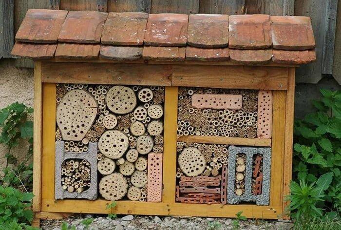 hotel de insectos casero con ladrillos